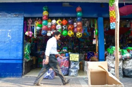 Tiendas, colores y movimiento. Downtown Guadalajara. Photo by Rocio Guenther.