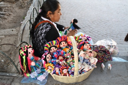 An woman of indigenous descent selling traditional Mexican dolls. Photo by Rocio Guenther.